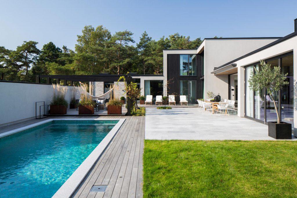Arkitektritad villa med pool i Höllviken